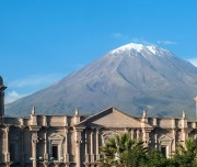 Arequipa-volcano-el-Misti-overlooks-the-city-1200x520